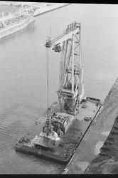 Drijvende kraan van Ovet, aan de kade van de Massagoedhaven of de...