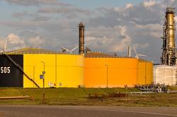 Opslagtanks bij Zeeland Refinery