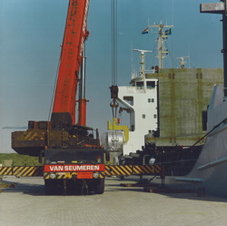 Overslag rollen staal bij Outokumpu Steel Processing op de Axelse...