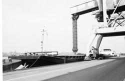 Binnenvaartschip aan de kade Cokesfabriek te Sluiskil.