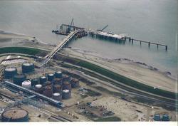 Luchtfoto van de bouwwerkzaamheden voor het steiger en oplslagtanks...