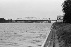 Draaibrug over het kanaal bij Sluiskil.
