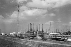 Fabriek van Dow Chemical in de Nieuw-Neuzenpolder. Op de voorgrond de...