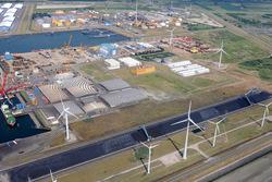 Luchtfoto bedrijfsterreinen gelegen aan de zijzijde van de Van...