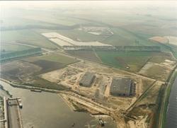 Baggerwerkzaamheden nieuwe kade Axelsevlakte haven. Met nieuwgebouwde...
