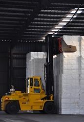 Heftruck met pakketten cellulose in een loods bij Verbrugge Terminals...
