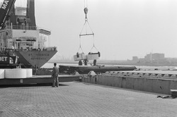 Lossen van een schip door een kraan van Mammoet aan de kade van de...