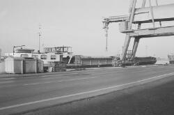 Binnenvaartschip aan de kade bij de Cokesfabriek.