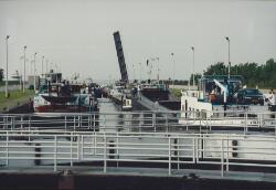 Binnenvaartschepen in de oostsluis bij Terneuzen.