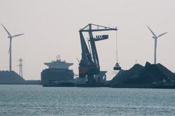 Lossen van een zeeschip met drijvende kraan 10 aan de terminal van...