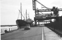 Schip aan de kade bij de Nederlandse Stikstof Maatschappij (NSM).