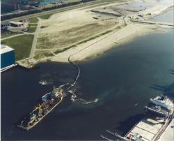 Luchtfoto baggerwerkzaamheden in de Scaldiahaven te Vlissingen-Oost.