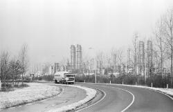 Herbert H. Dowweg met vrachtwagen van Verbrugge bij de fabriek van Dow...