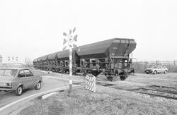 Trein op de overweg aan de Industrieweg en Beneluxweg in Terneuzen.