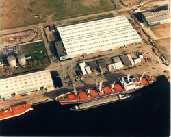 Zeeschip en binnenvaartschip aan de kade van de Zevenaarhaven bij Aug....