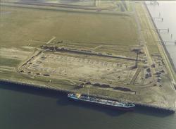 Luchtfoto van het bouwen van een loods voor Verbrugge Terminals aan de...