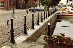 Aanbrengen leuningen op kade zijkanaal H te Sas van Gent.