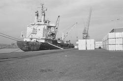 Lossen van het schip Cellus aan de kade van de Zevenaarhaven bij Aug....