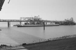 Binnenvaartschip aan het steiger bij Dow Chemical in de Braakmanhaven.