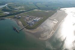 Steiger en terminal Oiltanking in de Braakmanhaven te Terneuzen.