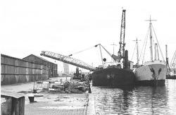 Het lossen van schepen aan Zijkanaal A bij bouwmaterialenhaden De...