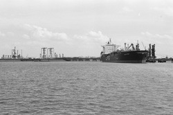Zeeschip (LPG tanker) aan de steiger bij Dow Chemical in de...