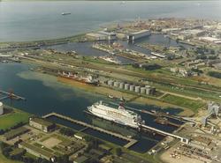 Luchtfoto van de Buitenhaven te Vlissingen met op de achtergrond de...