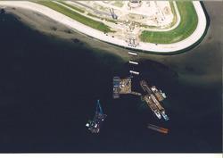 Luchtfoto van de bouwwerkzaamheden voor het steiger t.b.v. Oiltanking...