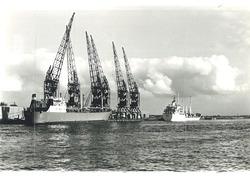 Twee zeeschepen aan de kade van de Zevenaarhaven bij Aug. de Meijer.