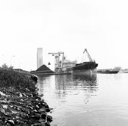 Overslag van een schip met kolen door drijvende kranen van Ovet, nabij...