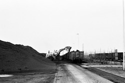 Laadden van een wagon met kolen aan de terminal van Ovet in de...