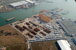 Hoek van de Westhofhaven en de Bijleveldhaven met binnenvaartschepen...
