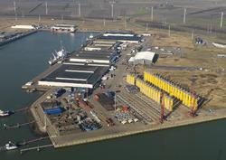Opslag onderdelen windmolens aan de Westhofhaven.