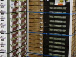 Gestapelde dozen met druiven in opslag bij Kloosterboer.