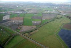 Ritthemsestraat met aangrenzende landbouwgronden. Geheel rechts is nog...