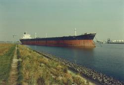 """""""Bora"""" 138.651 brt. - grootste schip tot heden - aan boeien..."""