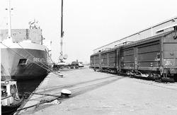 Het lossen van rollen papier uit het schip Seevetal aan de kade van de...