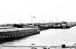 Binnenvaartschepen in de Noorderkanaalhaven.