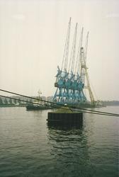Kanaal van Gent naar Terneuzen, afvoeren oude kranen op een ponton.