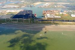 Luchtfoto gedeelte van het Kalootstrand bij laag water, met op de...