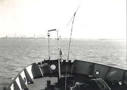 Aan boord van een schip op de Westerschelde met op de achtergrond Dow...