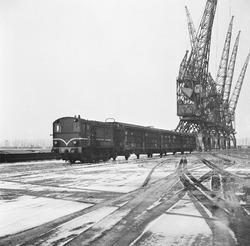 Trein met wagons aan de Zevenaarhaven.