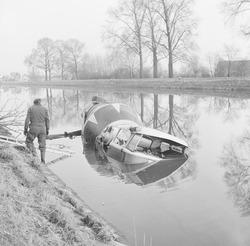 Te water geraakte betonmixer in zijkanaal C naar de Axelse Sassing.