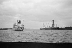 Zeeschip op het kanaal en het lossen van een zeeschip met drijvende...
