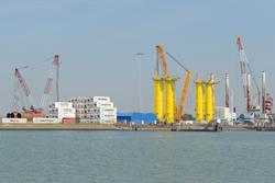Opbouwen van monopiles bij de BOW terminal in de Westhofhaven.