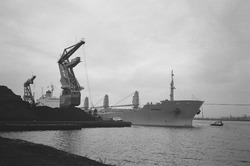 Zeeschip met drijvende kranen van Ovet in de Massagoedhaven.