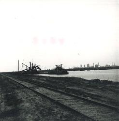 Het aanleggen van een spoor bij de Zevenaarhaven en het baggeren van...