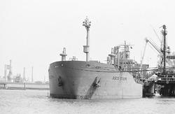 Zeeschip Osco Stripe aan de steiger bij Dow Chemical in de...