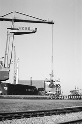 Overslag met drijvende kraan van Ovet in de Noorderkanaalhaven.