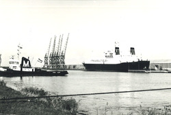 Ro-Ro schip in de Zevenaarhaven. Op de achterkant van de foto staat...